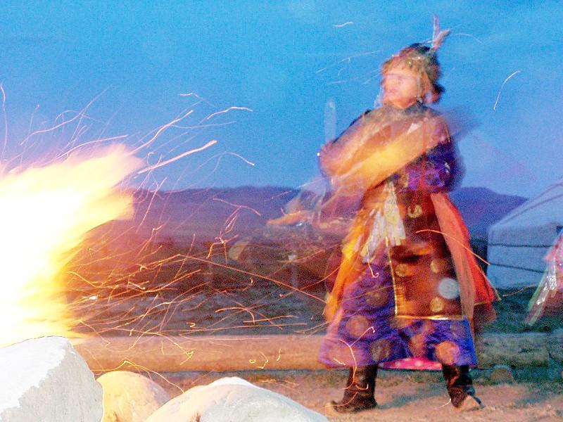 Schamane während Feuer Zeremonie bei Kyzyl, Tuva, Russland